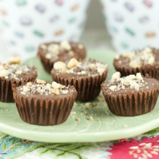 Hazelnut Chocolate Cups - A Copycat Reese's cups but instead of using peanut butter, they are filled with a delicious Nutella cream. Easy and delicious! yum